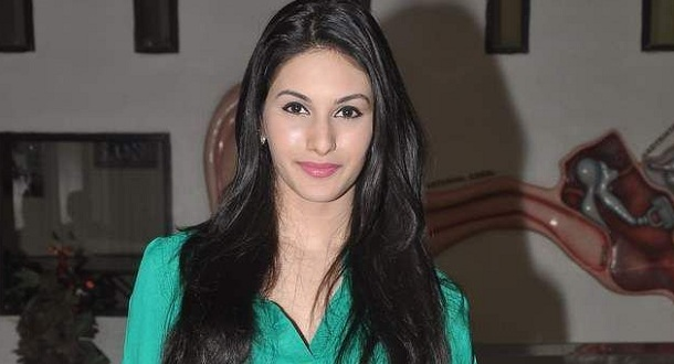 Photo of Amyra Dastur raves about working with Dhanush